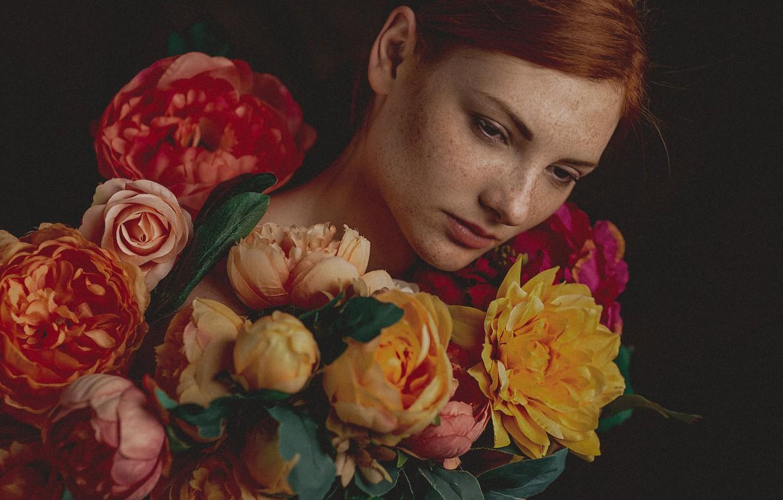 Фото обои девушка, цветы, лицо, портрет, веснушки, рыжая, рыжеволосая, тёмный фон, конопатая