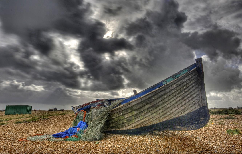 Фото обои тучи, сети, берег, лодка, рыбак