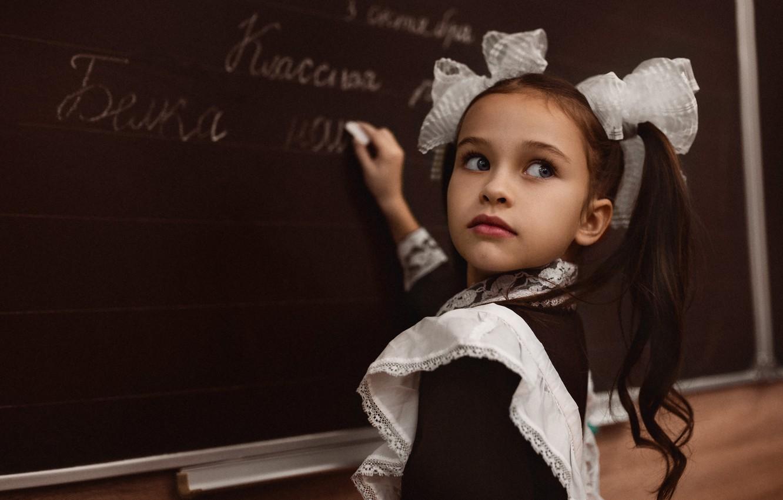 Фото обои взгляд, платье, девочка, форма, доска, школьница, школа, ребёнок, урок, фартук, банты, хвостики, ученица, Алексей Баталов