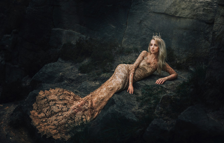 Фото обои девушка, камни, скалы, корона, платье, образ, принцесса, королева