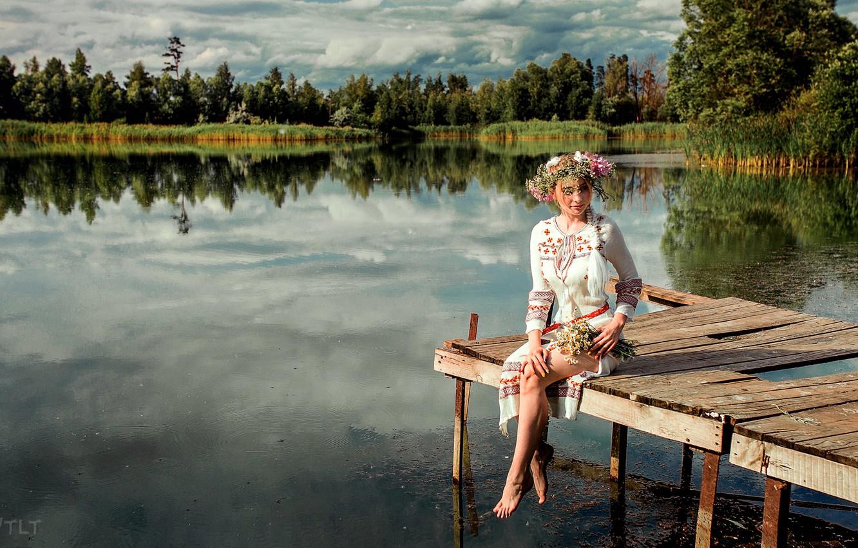 Фото обои вода, Девушка, пирс, сидит, венок, Aleksandr Suhar, Алёна Цуркан