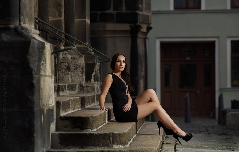 Фото обои девушка, поза, здания, платье, брюнетка, лестница, туфли, ступени, Dariusz Borodzicz