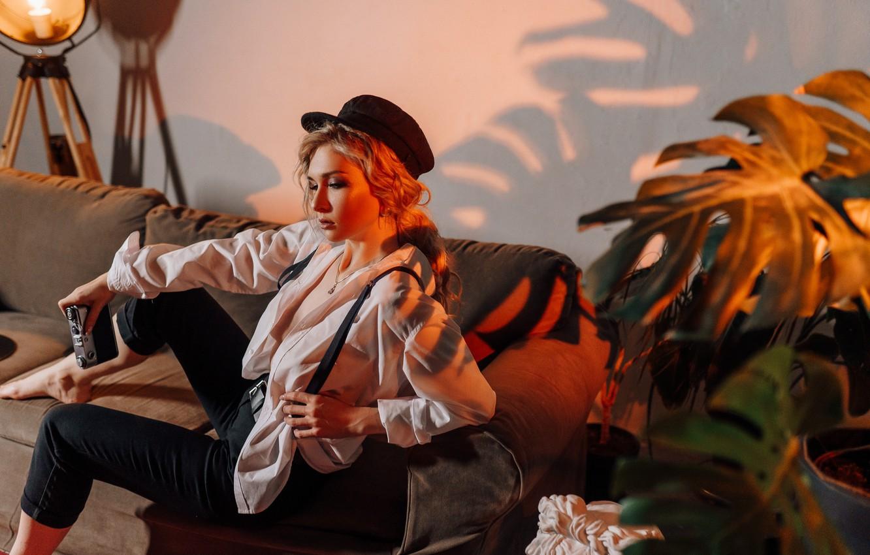 Фото обои девушка, поза, фотоаппарат, блондинка, фуражка, Анастасия Горохова, Антон Сваровский