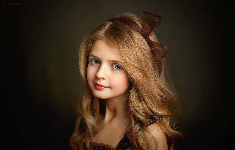 Фото обои взгляд, волосы, портрет, девочка, голубые глаза, бантик