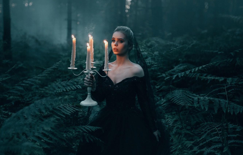 Фото обои лес, девушка, ситуация, свечи, папоротник, Adam Bird, посвечник, The Black Widow