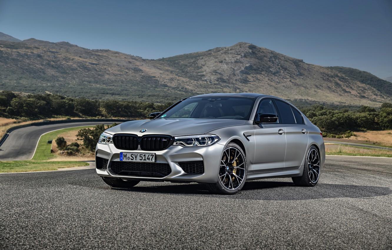 Фото обои асфальт, серый, трасса, BMW, седан, 4x4, 2018, четырёхдверный, M5, V8, F90, M5 Competition