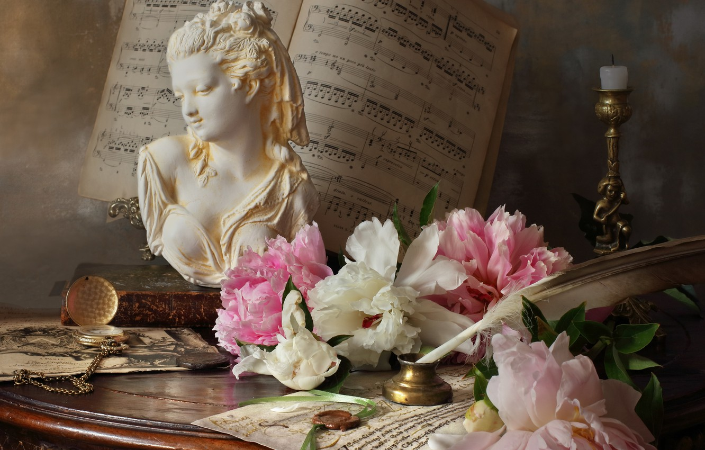 Фото обои цветы, ноты, перо, часы, свеча, столик, бюст, подсвечник, пионы, Андрей Морозов