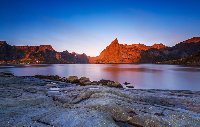 Фото обои небо, пейзаж, горы, природа, синева, камни, скалы, голубое, вершины, вечер, освещение, Норвегия, синее, водоем, берега, …