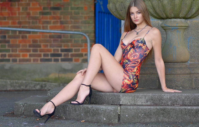 Фото обои взгляд, секси, модель, волосы, красотка, Sophie, платьице, красивые ножки