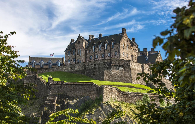Фото обои зелень, небо, солнце, облака, деревья, замок, стены, Шотландия, возвышенность, Edinburgh Castle