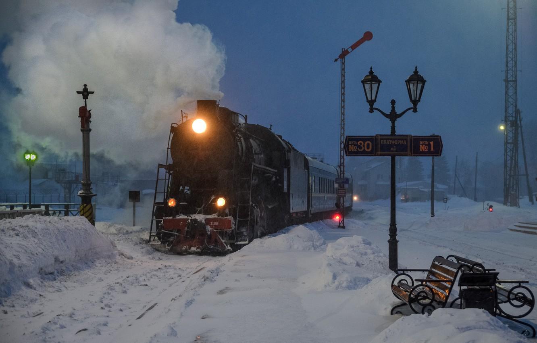 Фото обои зима, снег, ночь, паровоз, станция, фонари, скамейки, Карелия, Рускеала