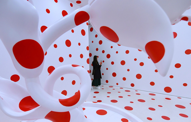 Фото обои инсталяция, Яёи Кусама, С любовью к тюльпанам