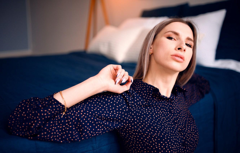 Фото обои взгляд, девушка, поза, кровать, подушки, блузка, шатенка, маникюр, Николай Брехов