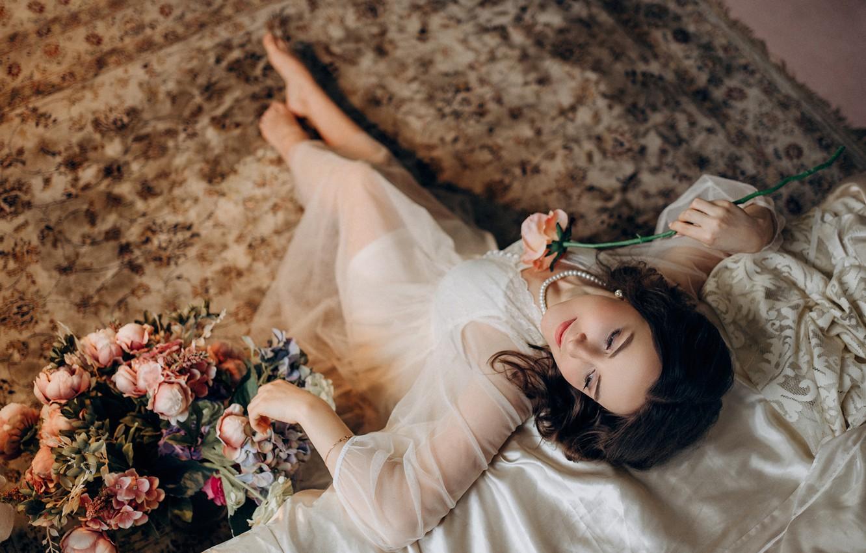 Фото обои девушка, цветы, поза, ковёр, босиком, ожерелье, платье, брюнетка, жемчуг, украшение, босая, Альбина Пономарёва