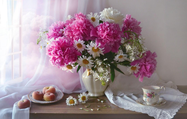 Фото обои цветы, ромашки, тарелка, чашка, ткань, кувшин, фрукты, персики, вуаль, салфетка, пионы, Валентина Колова