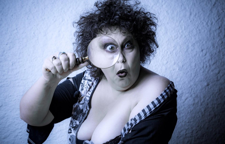 Фото обои грудь, взгляд, лицо, фон, рука, удивление, макияж, лупа, кудри, лохматая, тётенька