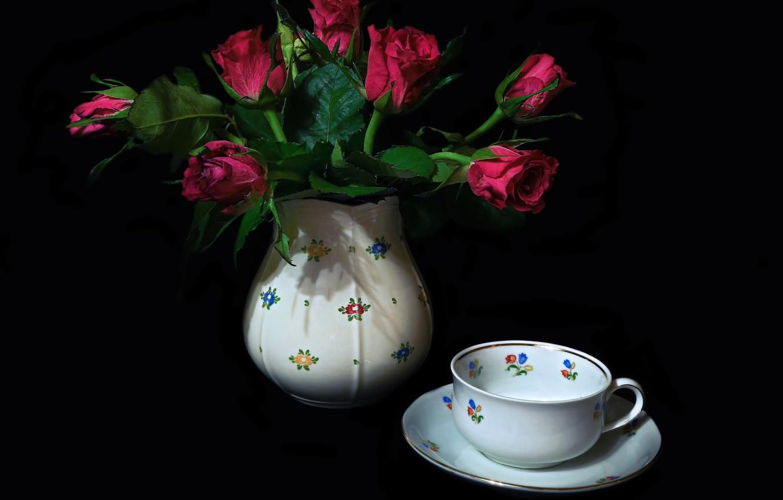 Фото обои фон, чашка, ваза, натюрморт, блюдце, алые розы