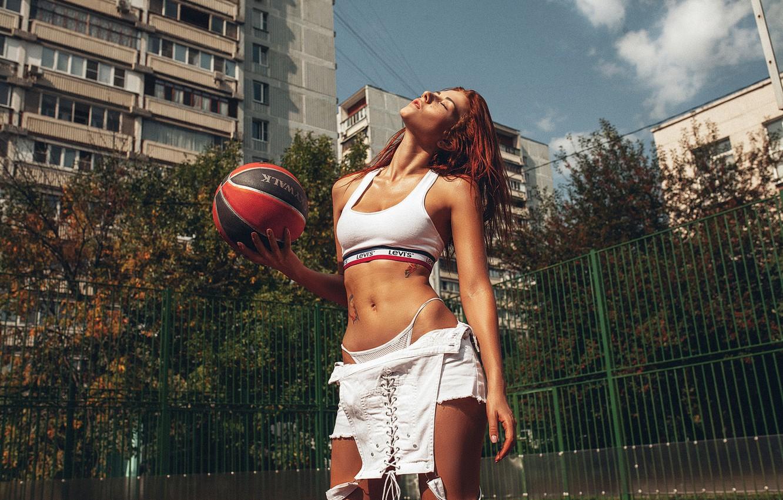 Фото обои девушка, дом, мяч, двор, Inga Lis, Roma Roma