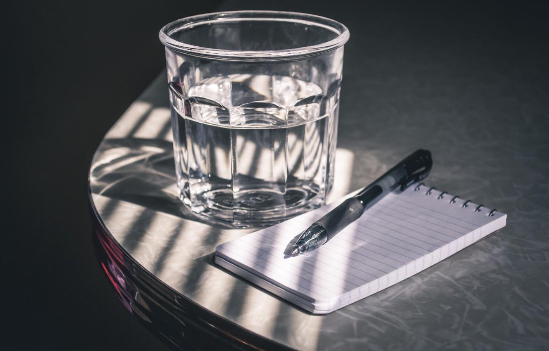 Фото обои стакан, стол, ручка, блокнот