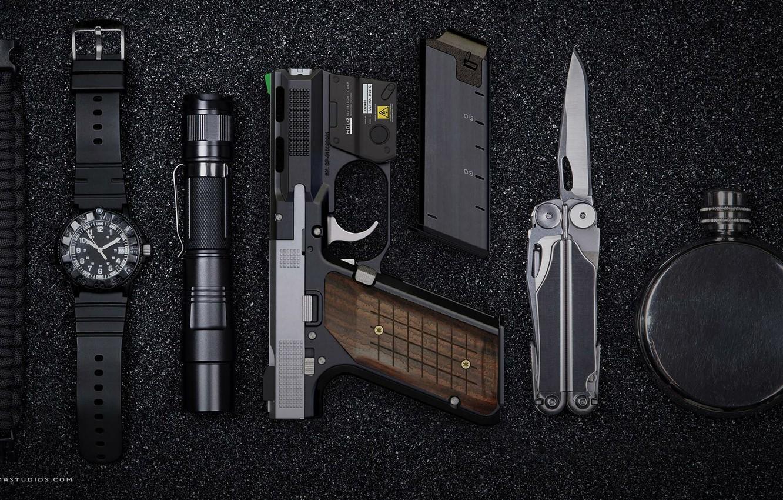 Фото обои пистолет, часы, фонарь, pistol, render, мультитул, watch, фляга, multi-tool