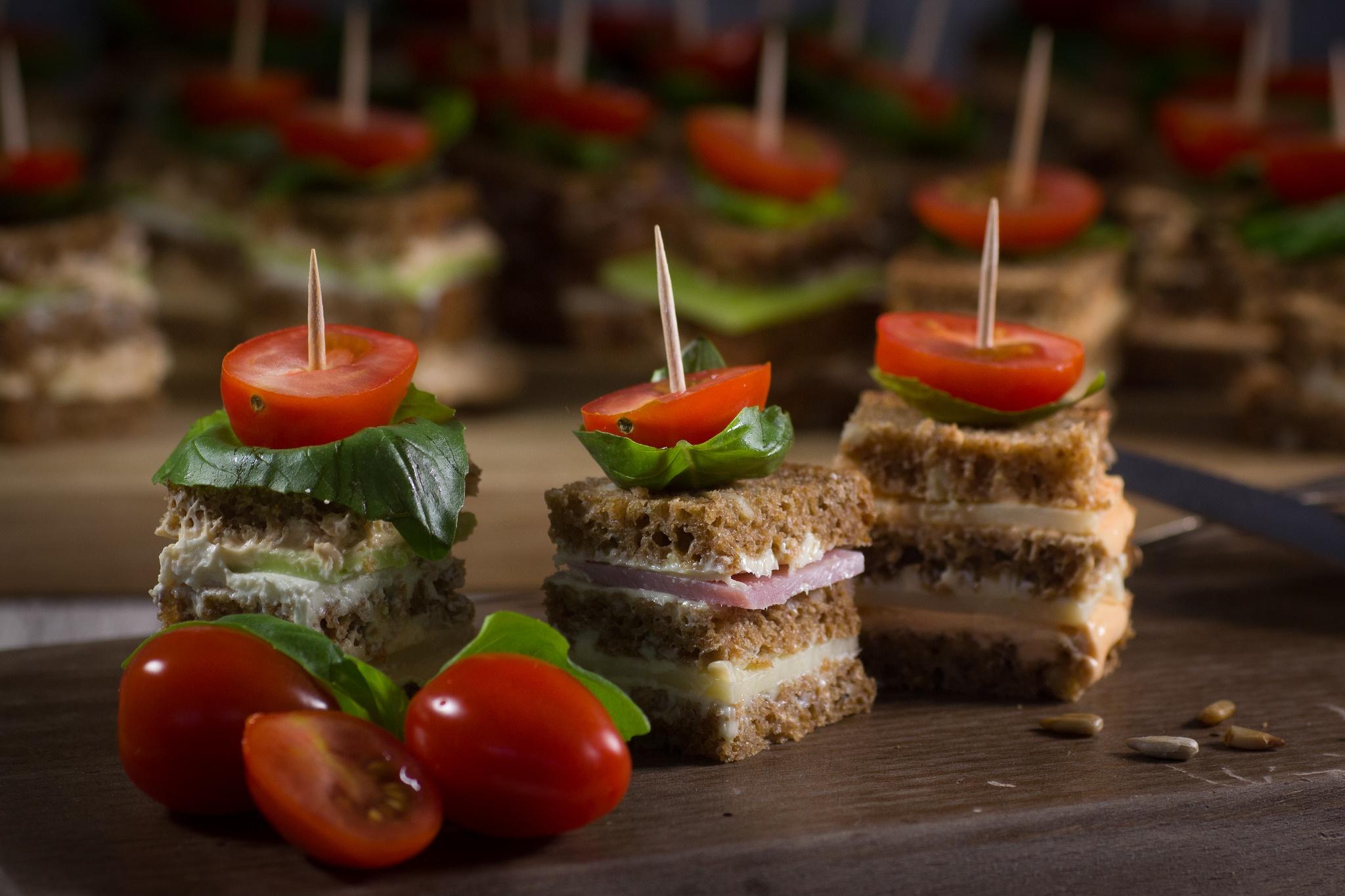 А дополнить фуршетный стол можно красивой нарезкой фруктов, овощным ассорти, рыбной тарелкой, и мясным ассорти.