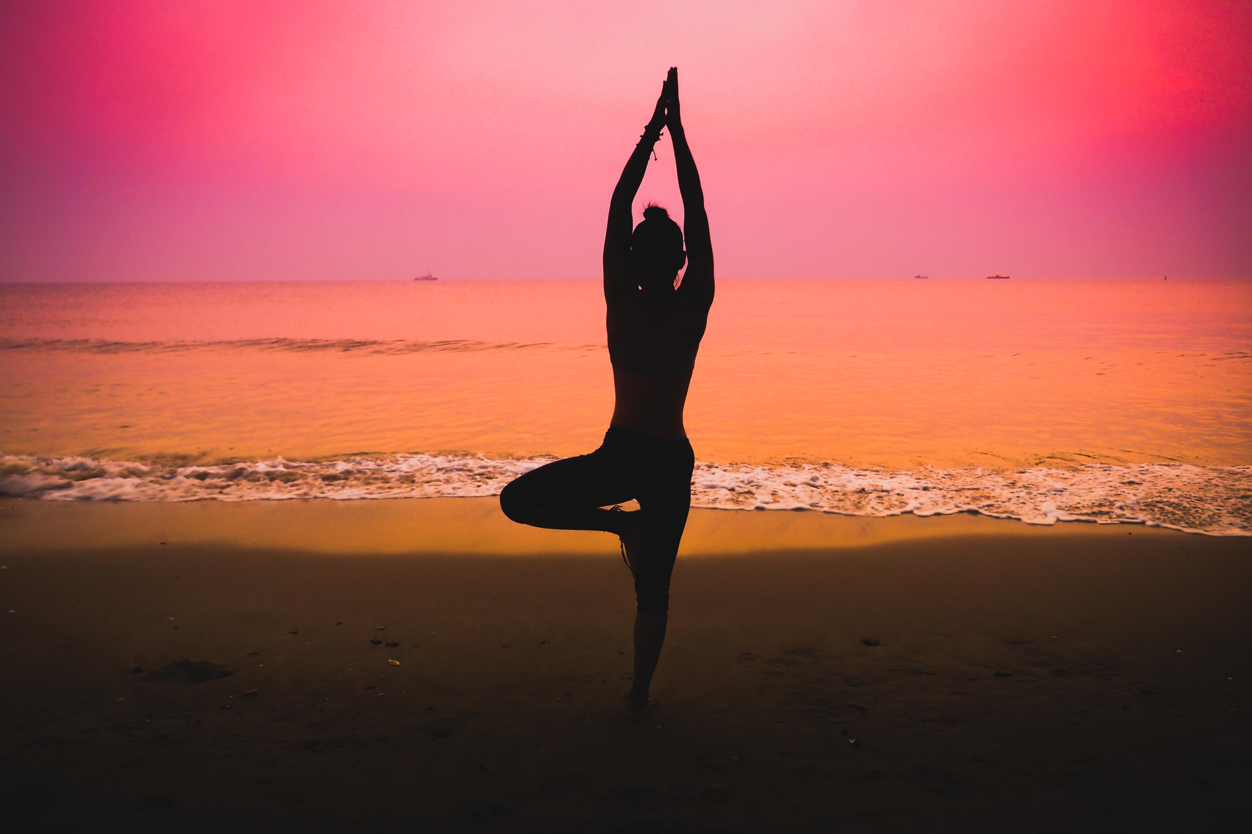 йога на фоне моря фото том