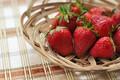 Картинка лето, ягоды, стол, еда, клубника, плетенка, кушанье