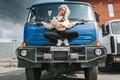 Картинка девушка, поза, грузовик, ножки, Антон Харисов